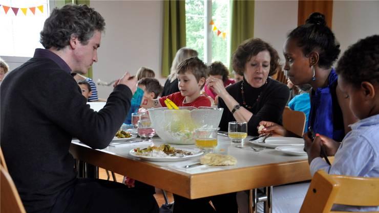 Am interkulturellen Mittagstisch essen Flüchtlinge und Einheimische gemeinsam zu Mittag und knüpfen Kontakte. FUR