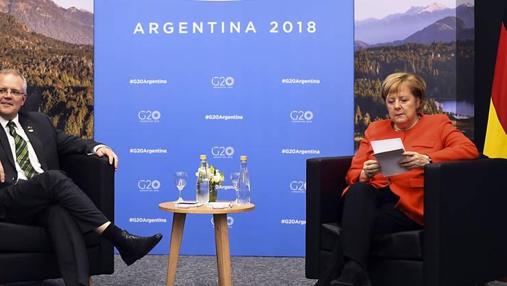 Die Deutsche Kanzlerin Angela Merkel und der australische Premierminister Scott Morrison beim G20 Gipfel in Buenos Aires: Wer bitteschön ist Morrison? Dass Merkel erst einmal nachlesen musste, mit wem sie sich zum Gespräch getroffen hatte, amüsiert die Australier. (Archivbild)