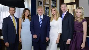 Don Junior, Melania (die aktuelle Ehefrau), Donald, Ivanka, Eric und Tiffany kurz vor Trumps Wahl 2016.