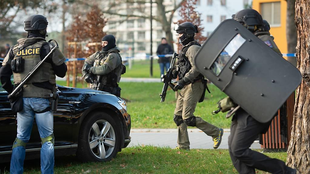 Sicherheitskräfte riegeln das Krankenhaus in Ostrava ab auf der Suche nach dem Schützen.