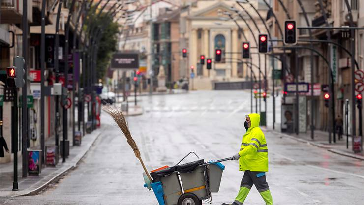 Spanier sollen bald wieder für Spaziergänge auf die Strasse gehen dürfen - leergefegte Stadtzentren, wie hier in Murcia, dürften somit der Vergangenheit angehören.