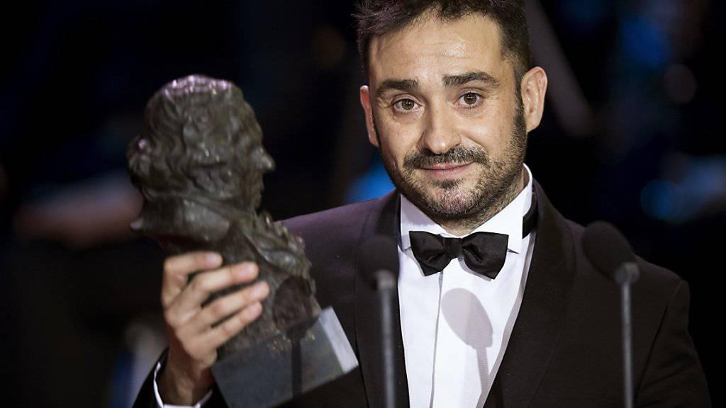 Filmemacher Juan Antonio Bayona, hier mit der Trophäe für den besten Regisseur, ist der grosse Sieger der spanischen Filmpreise Goya.