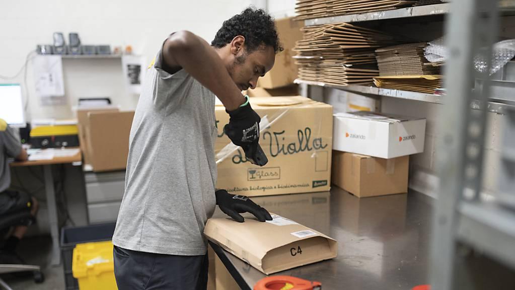 Der Eritreer Henok absolviert eine Integrationsvorlehre bei der Post. Das Programm wird nun verlängert und erweitert. (Archivbild)