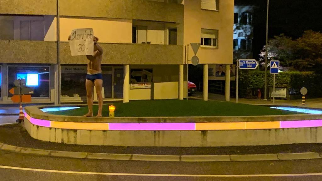 Fussballer steht halbnackt auf Kreisel – und verlässt nun das Land