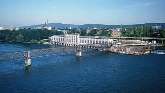 Seit 1897 in Betrieb: Kraftwerk Rheinfelden am deutschen Ufer mit dem Eisensteg