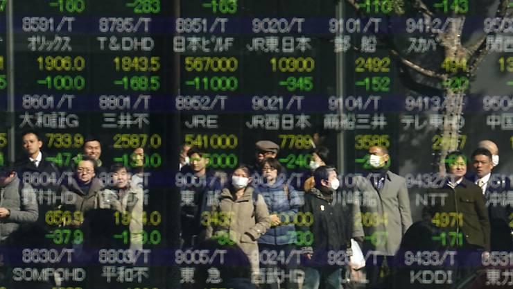 Die Exporte Japans sind erneut gesunken: ein Bildschirm mit sinkenden Aktienkursen in Tokyo (Archivbild).