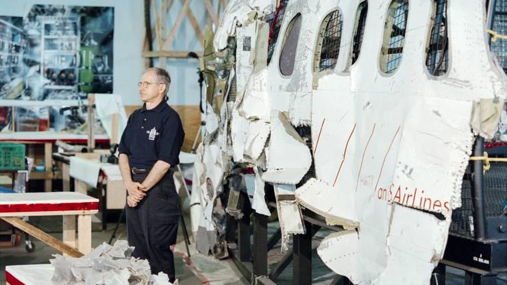 Vic Gerden, Chefuntersucher des Transportation Safety Board of Canada (TSB), steht vor Trümmerteilen.