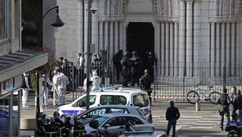 Polizisten der Eliteeinheit Raid treffen ein, um die Kirche Notre-Dame nach einem Messerangriff zu durchsuchen. Bei einer Messerattacke in der südfranzösischen Küstenstadt Nizza hat es mindestens einen Toten und mehrere Verletzte gegeben. Foto: Valery Hache/AFP/dpa