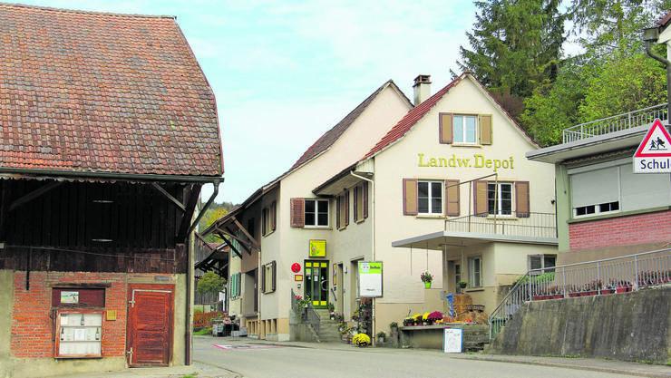 Der Dorfladen und das Dorfkafi befinden sich in Elfingen an der engsten Stelle der Dorfstrasse.