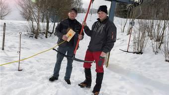 Langenbruck ist bereit: Hans Niederhauser(links) und Jürg Jenni reparieren das Notstopp-System des Skilifts.