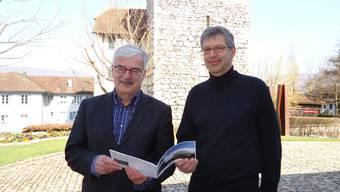 Der Aarauer Stadtammann Marcel Guignard (links) und der Lenzburger Vizeammann Daniel Mosimann präsentieren den «Gästeverführer».