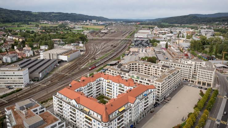 Spielen hier einst GC und der FCZ? Blick von Dietikon auf den Rangierbanhof und Spreitenbach (hinten links).
