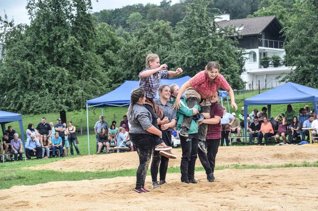 Melissa Suchet (l.), Grandvillard, und Tanja Widmer, Affoltern, teilten sich bei den Meitli 1 den Festsieg.