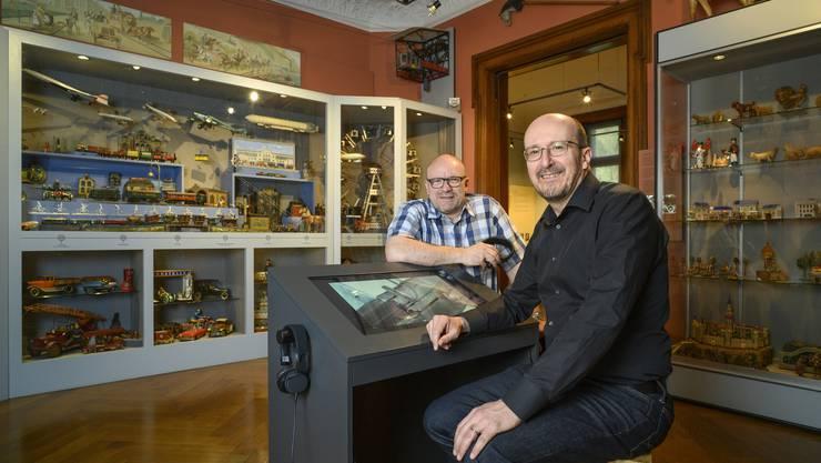 Digitalisierung mit Augenmass: Die Museumsleiter Marcel Kaysel (l.) und Daniel Kaysel mit einer neuen Videostation.