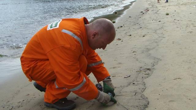 Umweltingenieur sammelt Proben an einem Strand in der Nähe von Rio de Janeiro