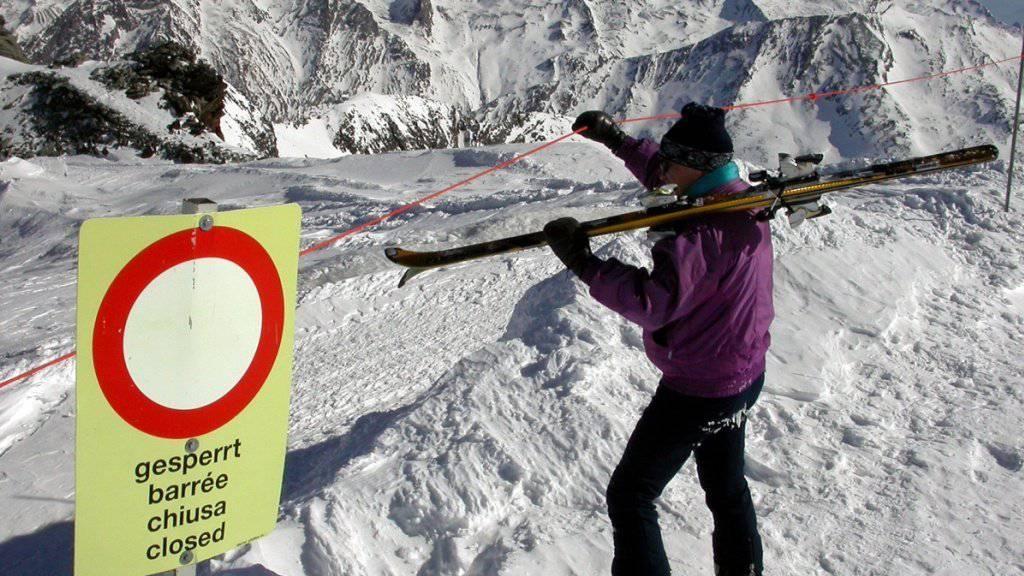 Die Skifahrer sind angehalten, die Warnschilder ernst zu nehmen und bei Lawinengefahr auf den gesicherten Pisten zu bleiben. (Archivbild)