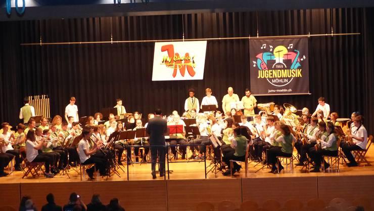 Präsentieren beeindruckenden Sound: die Jugendmusik Möhlin, die Ehemaligen und die Formation Windband unter der Leitung von Markus Tannenholz.