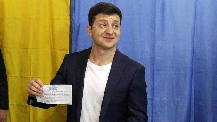 Favorit Wolodymyr Selenskyj zeigt sich bei der Stimmabgabe für die Präsidentenwahl in der Ukraine gut gelaunt und optimistisch.