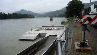 Die Ramm-Plattform liegt im Rhein bereit, aber noch ist unklar, ob der Rheinpegel ein Rammen erlaubt. nbo