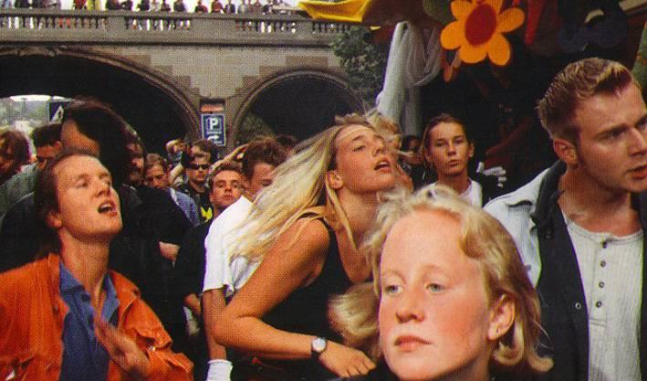 1992 nehmen rund 1000 Raver und 7 Lovemobiles an der ersten Streetparade teil.