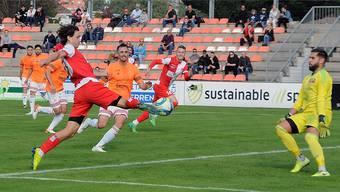 Marco Mathys legt beim 7:2-Kantersieg gegen den FC Schötz für Angreifer Loris Vernocchi auf.