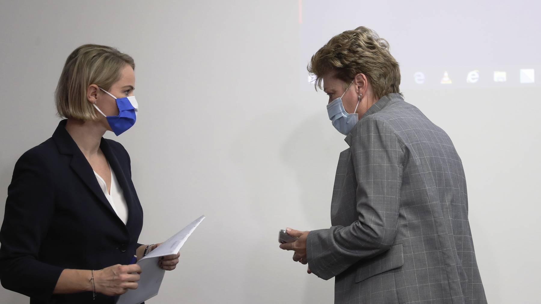 Regierungspräsidentin Silvia Steiner (r.) begründet am Freitag mit Natalie Rickli vor den Medien, warum Zürich mit weiteren Massnahmen zuwartet.