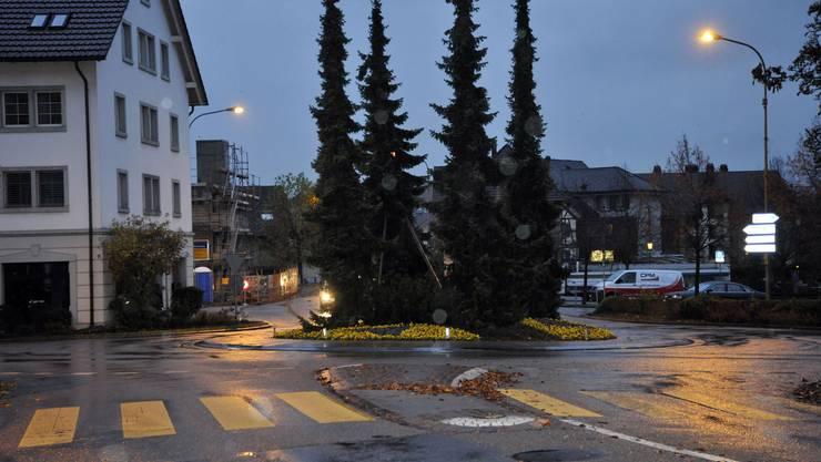 Die A4-Eröffnug zeigt Wirkung: Der verwaiste Kronenplatzkreisel am Montagmorgen kurz nach sieben Uhr. (Bild Martin Platter)