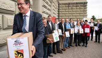 SVP-Präsident Albert Rösti und weitere Parteivertreter reichten die Unterschriften für die Begrenzungsinitiative am 31. August 2018 in Bern ein.