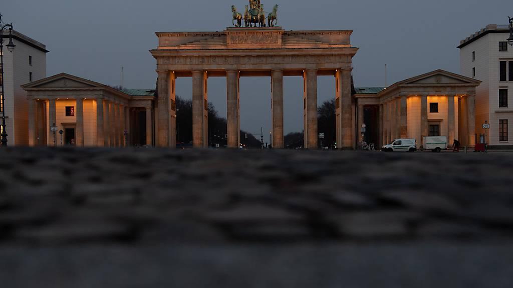 Auch Berlin will an der gemeinsamen Schweigeminute für die Corona-Opfer teilnehmen. Foto: Paul Zinken/dpa