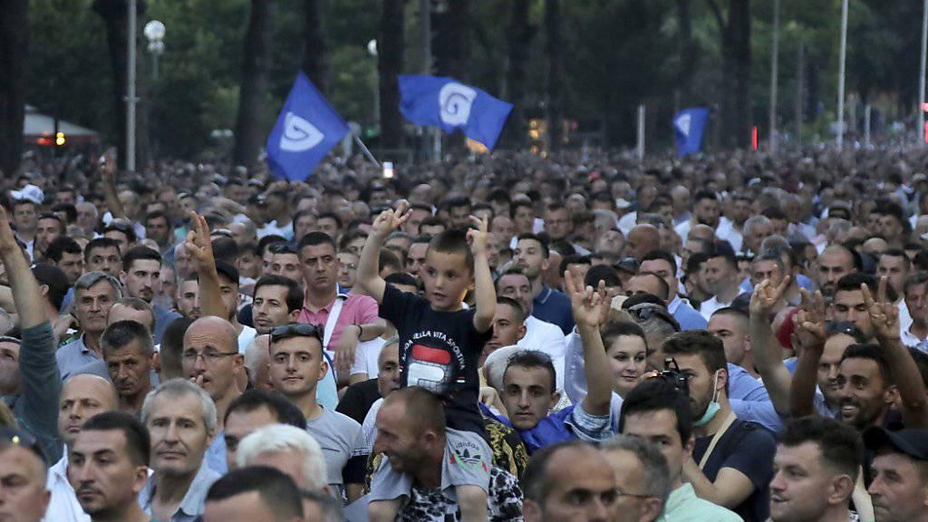 Tausende Menschen haben in Albanien erneut gegen die Regierung von Ministerpräsident Edi Rama demonstriert. Siie fordern den Rücktritt von Rama. Die Polizei griff mit Tränengas und Wasserwerfern ein.