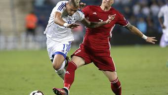 Liechtensteins Daniel Brändle (rechts) kämfpt gegen Israels Maor Buzaglo um den Ball