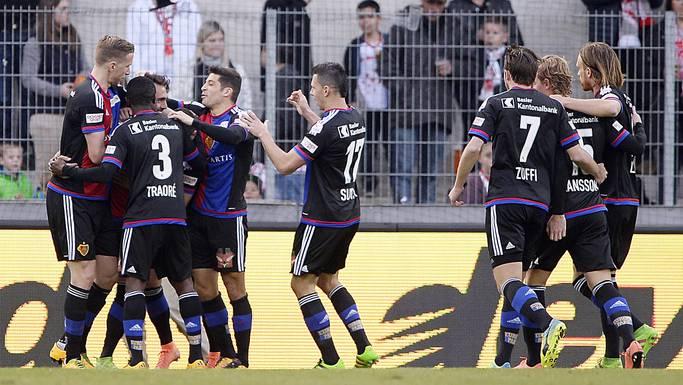 Die FCB-Spieler bejubeln den Penalty-Treffer von Delagdo zum 1:0.