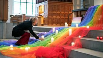 Die Zürcher Stadtpräsidentin Corine Mauch zündet bei einer Gedenkfeier in Zürich eine Kerze an für die Opfer von Orlando.keystone