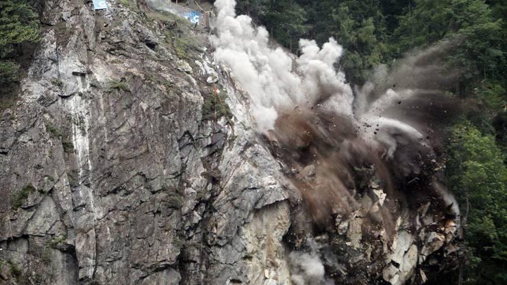 Weil weiteres Gestein abzustürzen drohte, wurde der Fels gesprengt.