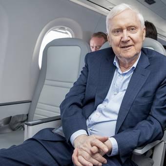Auch Investor Martin Ebner nimmt Platz in seinem neuen Flugzeug.