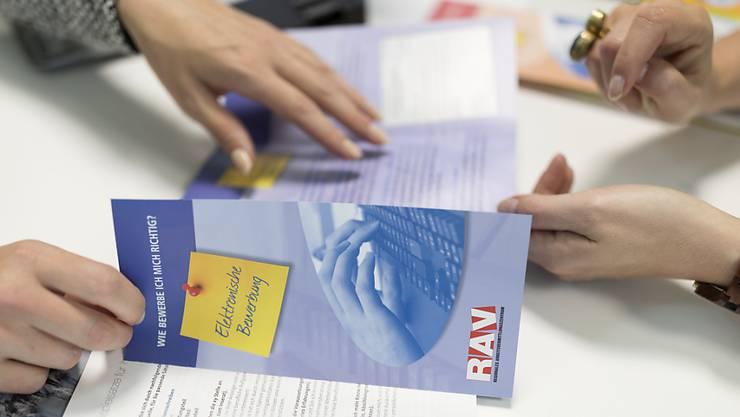 Die Lage auf dem Arbeitsmarkt hat sich aufgehellt, deutlich weniger Arbeitslose und Stellensuchende mussten  im Mai für eine Beratung das Regionalen Arbeitsvermittlungszentren (RAV) aufsuchen. (Archivbild)