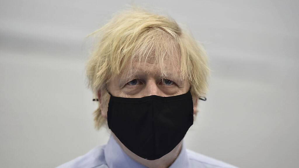 Boris Johnson, Premierminister von Großbritannien, trägt eines Mund-Nasen-Schutz. Foto: Charles Mcquillan/Getty Pool/AP/dpa