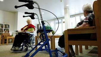 Alte Menschen gehören zur Hochrisikogruppe. Auf Alters- und Pflegeheime kommen angesichts einer zweiten Welle grosse Herausforderungen zu. (Symbolbild)