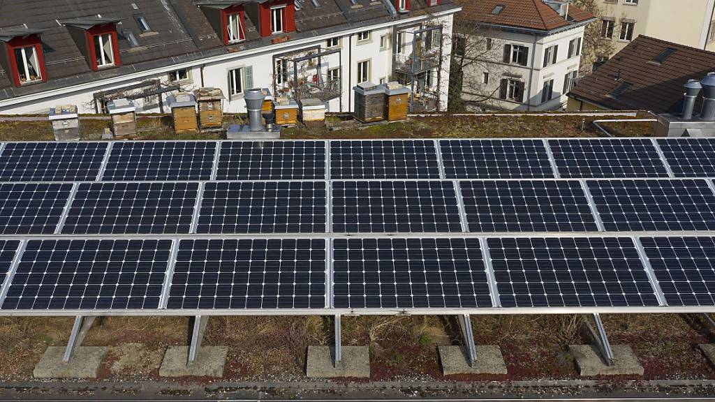 Eine Photovoltaik-Anlage auf dem Dach eines Wohnhauses: Die CKW investiert ins Solargeschäft. (Symbolbild)