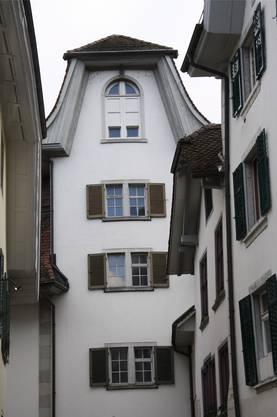 Ein speziell schmales Haus mit Aufziehgiebel an der Pfisterngasse.