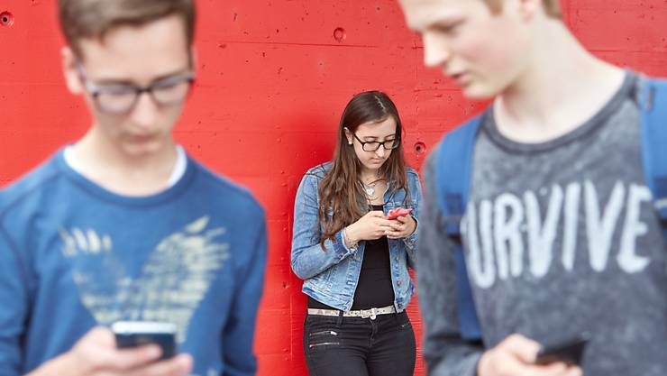 80 Prozent der Schweizer Jugendlichen haben einen unproblematischen Umgang mit dem Internet. Jeder Zehnte zeigt aber Suchtverhalten, wie der JAMESfocus-Bericht der ZHAW zeigt.