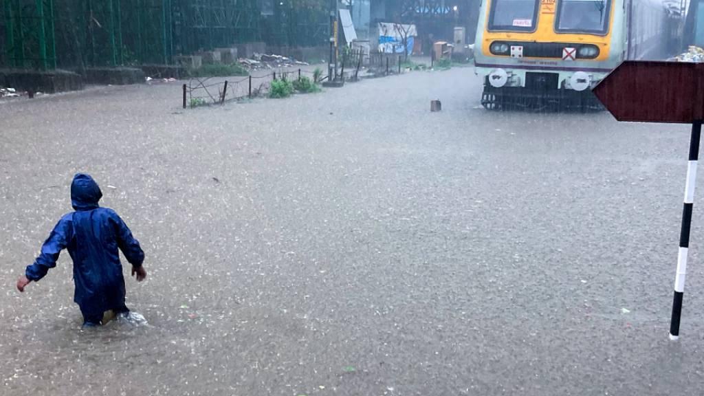 Strassen in Mumbai überflutet - Impfzentrum geschlossen
