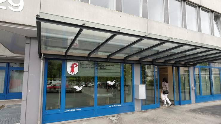 Der heutige Eingang der Baudirektion hat keinen Empfangsbereich; jeder Besucher kann sich frei im Gebäude bewegen.