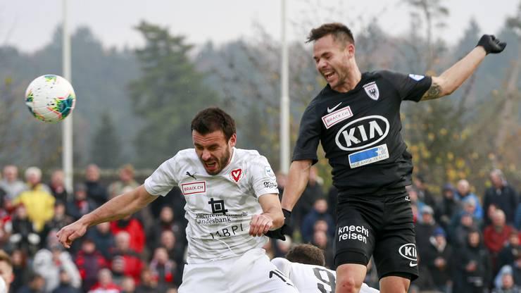 Patrick Rossini (r.) setzt sich im Kopfballduell durch und markiert die promte Antwort der Hausherren – 2:2 zwischen dem FC Aarau und dem FC Vaduz nach 33 Minuten.