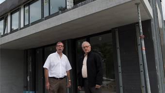 Peter Wiederkehr (Geschäftsleiter EWW, links) und Roland Kuster (Gemeinderat) vor dem Neubau im Fohrhölzli. Alex Spichale