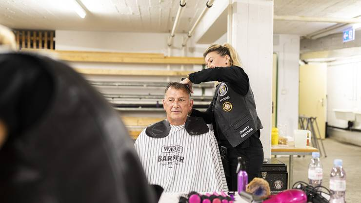 Vesna vom Barber Angels Brotherhood schneidet Walter Wehrli die Haare.