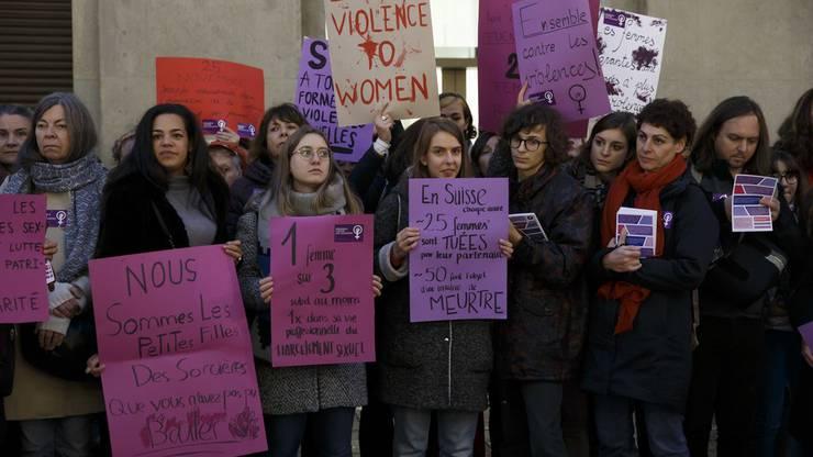 Frauen in Genf protestieren gegen Gewalt.