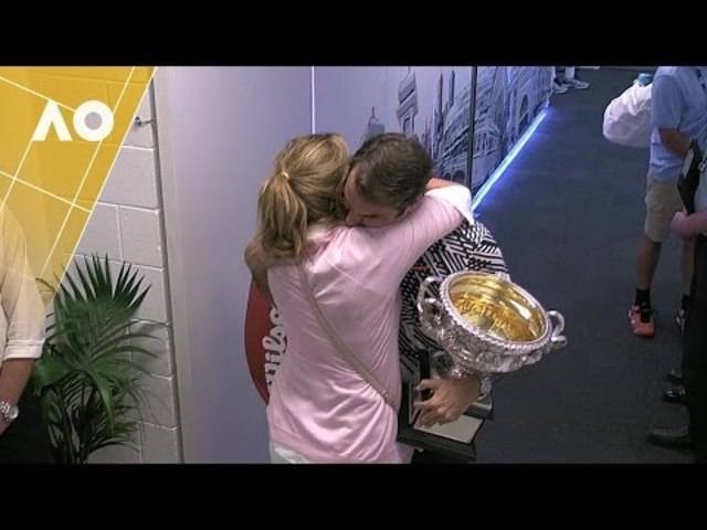 Roger Federer herzt seine Frau Mirka