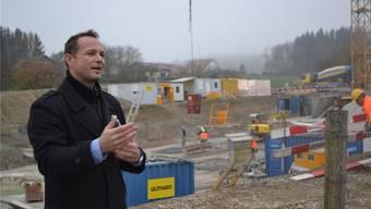 Andreas Scherer von der Bauherrschaft Immovesta vor der imposanten Baugrube.