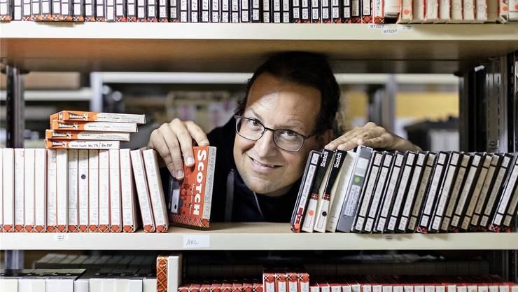 Archivleiter Dieter Studer zwischen Tonbändern. Er ist seit Jahren daran, die Mundartaufnahmen in teils mühsamer Handarbeit zu digitalisieren. Fotos: Johanna Bossart